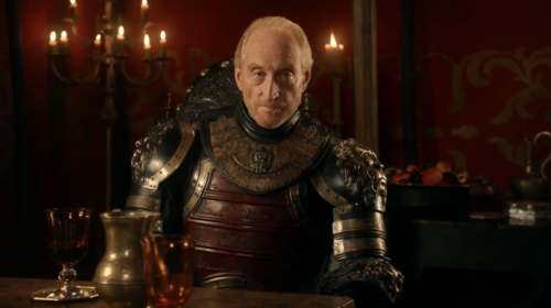 Charles Dance como Tywin Lannister